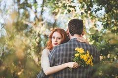 La sposa e lo sposo che si abbracciano nella foresta Fotografia Stock