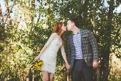 La sposa e lo sposo che si baciano nella foresta Fotografia Stock