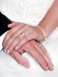 La sposa e lo sposo con cosegna il vestito da cerimonia nuziale Fotografia Stock