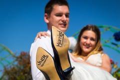 La sposa e lo sposo con ` hanno sposato appena il ` scritto sulle suole di scarpa, Roma Immagini Stock
