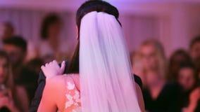 La sposa e lo sposo dividono insieme il loro primo ballo sul loro giorno delle nozze archivi video