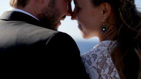 La sposa e lo sposo felici abbracciano tenero sulla spiaggia sul loro giorno delle nozze archivi video