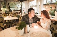 La sposa e lo sposo hanno cena romantica in caffè della via Fotografia Stock Libera da Diritti