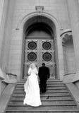 La sposa e lo sposo salgono a scale Immagine Stock