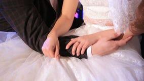 La sposa e lo sposo si siedono e si danno le mani stock footage