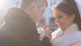La sposa e lo sposo sono su una strada nevosa archivi video