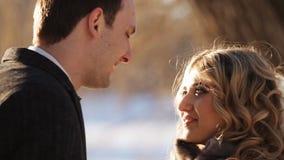La sposa e lo sposo sono su una strada nevosa video d archivio