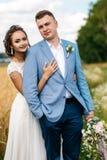 La sposa e lo sposo su un campo Immagini Stock