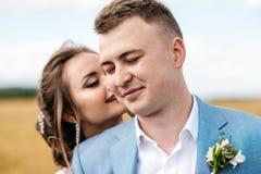La sposa e lo sposo su un campo closeup Immagine Stock Libera da Diritti