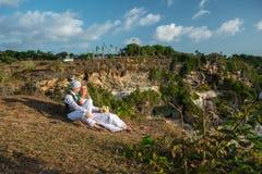 La sposa e lo sposo su una roccia Fotografie Stock