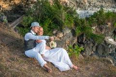 La sposa e lo sposo su una roccia Immagini Stock Libere da Diritti