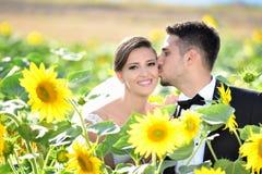 La sposa e lo sposo in una bella tenuta leggera abbracciano Fotografia Stock Libera da Diritti