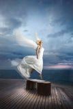 La sposa eterea, divina, irreale lfly gradisce un uccello dal pilastro dell'oceano Immagine Stock