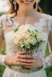 La sposa felice tiene un mazzo di nozze delle rose bianche Fotografie Stock