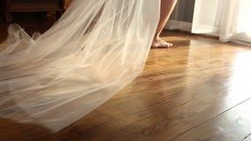 La sposa felice viene alla finestra archivi video