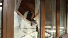 La sposa felice viene alla finestra stock footage