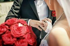 La sposa ha messo sopra la fede nuziale sulla mano dello sposo su cerimonia di nozze Fotografia Stock Libera da Diritti