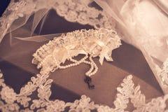 La sposa indossa un braccialetto a disposizione fotografie stock