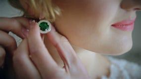 La sposa indossa un orecchino di nozze archivi video