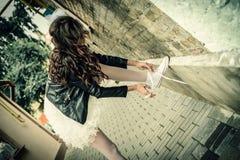 La sposa insolita lega i pizzi in scarpe di palestra Fotografia Stock
