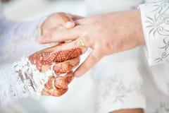 La sposa musulmana indossa lo sposo dell'anello immagine stock libera da diritti