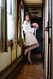 La sposa nel vagone antico Fotografie Stock Libere da Diritti