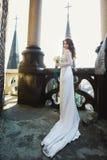 La sposa posa sul tetto di vecchia cattedrale gotica Fotografie Stock