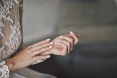 La sposa si siede nervoso sfregando le sue mani 7781 fotografia stock libera da diritti