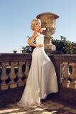 La sposa splendida con capelli biondi indossa il vestito lussuoso e gli accessori Fotografia Stock Libera da Diritti
