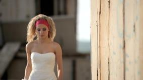 La sposa sta cercando il suo sposo video d archivio