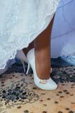 La sposa sta mettendo sulle sue scarpe per le nozze Fotografia Stock Libera da Diritti