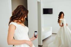 La sposa sta prendendo un selfie con la riflessione di specchio Immagine Stock Libera da Diritti
