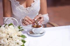 La sposa sta producendo un caffè Immagine Stock