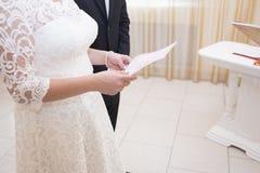 La sposa sta tenendo un contratto di matrimonio Fotografia Stock Libera da Diritti