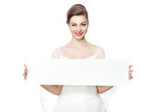 La sposa sta tenendo un tabellone per le affissioni. Immagini Stock Libere da Diritti