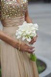 La sposa tiene il suo mazzo di nozze della calla immagine stock libera da diritti