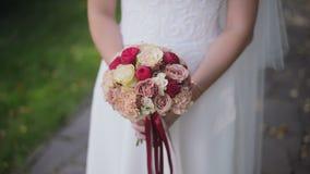 La sposa tiene un mazzo di nozze in mani stock footage
