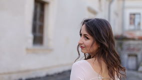 La sposa in vestito alla moda da serenità si allontana e gira la sua testa stock footage