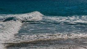 La spuma del mare blu del turchese con l'onda perpendicolare bianca Fotografia Stock Libera da Diritti