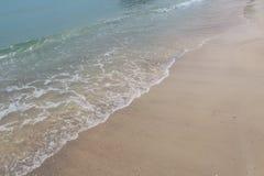 La spuma e la costa sabbiosa Fotografie Stock Libere da Diritti