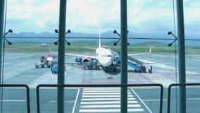 La squadra della cabina sta imbarcando su un aereo in Abdul Rachman Saleh Airport archivi video