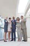 La squadra interrazziale di affari delle donne & degli uomini sfoglia in su Fotografie Stock Libere da Diritti
