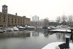 La st Katherine si mette in bacino con neve e ghiaccio, Londra, Regno Unito Fotografia Stock
