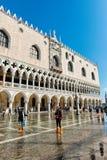 La st sommersa segna il quadrato a Venezia, Italia Immagini Stock