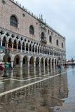 La st sommersa segna il quadrato a Venezia, Italia Fotografie Stock Libere da Diritti