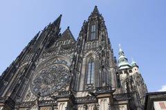 La st Vitus Cathedral è situata al castello di Praga Immagini Stock