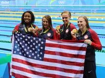 La staffetta mista del ` la s 4 100m delle donne di U.S.A. del gruppo dei campioni olimpici celebra la vittoria a Rio 2016 giochi Immagini Stock Libere da Diritti