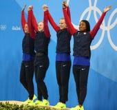 La staffetta mista del ` la s 4 100m delle donne di U.S.A. del gruppo dei campioni olimpici celebra la vittoria a Rio 2016 giochi Fotografie Stock Libere da Diritti