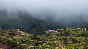 La stagione delle pioggie in montagne della provincia di Ifugao con i terrazzi del riso sistema filippine video d archivio