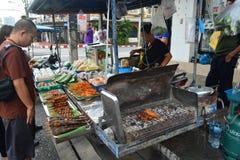 La stalla del som-Tam in alimento della via blocca il bordo della strada fotografie stock libere da diritti